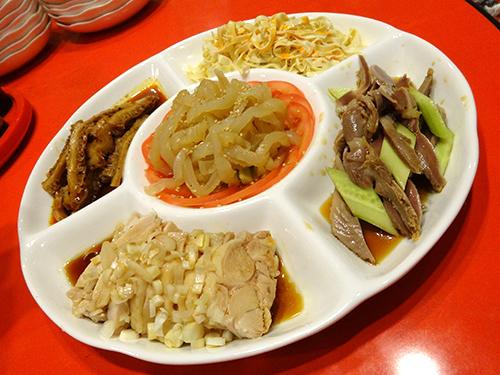 36盛り合わせくらげと胡瓜の冷製細切り中国豆腐砂肝の香味和えハチノス蒸し鶏の冷製