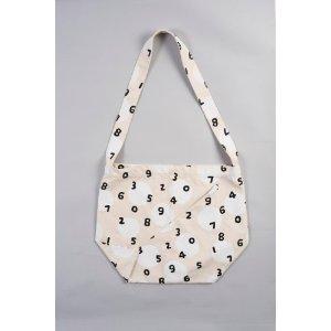 全体的に布で出来た若干珍しい印象のバッグ