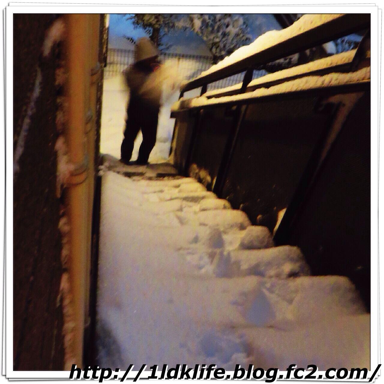 外階段の雪かき(夫が)。