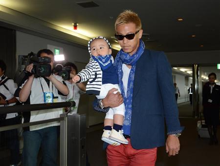 本田△がパパになっていた!長男抱いて帰国
