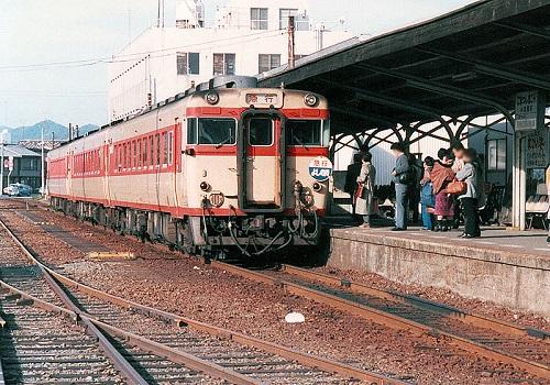 800px-JNR_komatsushimakou_yosinogawa.jpg