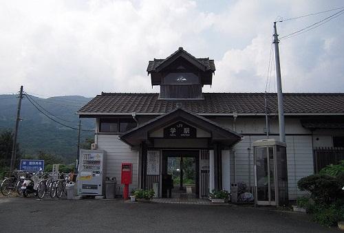 800px-JR_Shikoku_Gaku_Station.jpg