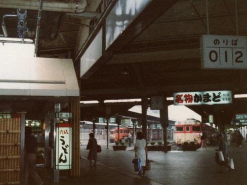 Takamatsu_Sta_inside_1982.jpg
