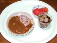 10/13 昼食 レトルトカレー、黒米ごはん、トマト、麦茶