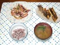 10/21 夕食 イカとエリンギのガリバタ醤油炒め、サツマイモのがね天、シメジと小松菜の味噌汁、黒米ごはん
