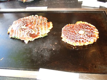 10/30 昼食 スジ・ネギ焼きと大阪城セットのお好み焼き