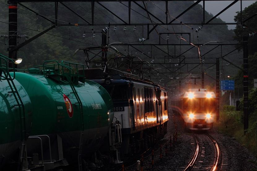 山の小さな駅の交換風景は雨の日がなにより印象的だと思う