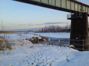 雪景色の橋梁下