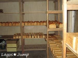 木の棚とパン
