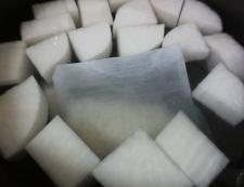 大根と練り物の煮物 調理①
