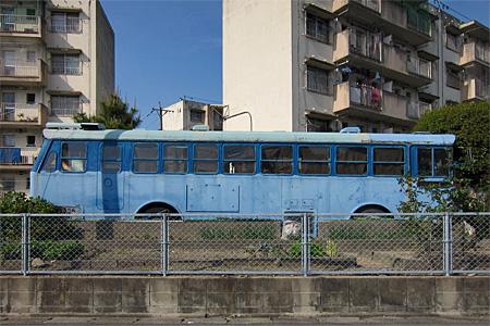 城浜団地の廃バス02