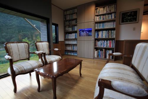 展望図書室が一新され、テーブルと椅子が新調されました