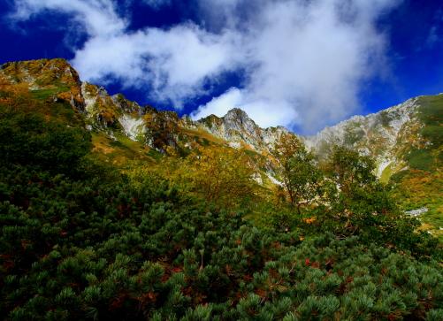 カールへの降口付近から雲の映える宝剣岳