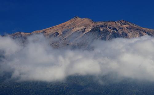雲に浮かぶ御岳山剣ヶ峰