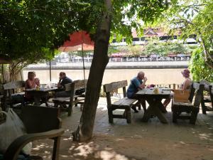 ピン川沿いのカフェ