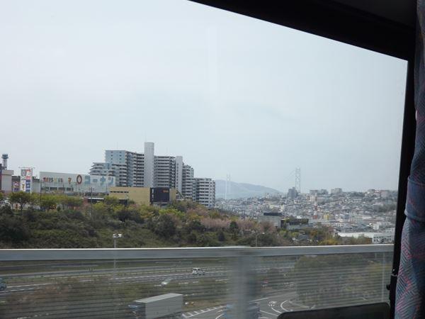 遠くには明石海峡大橋