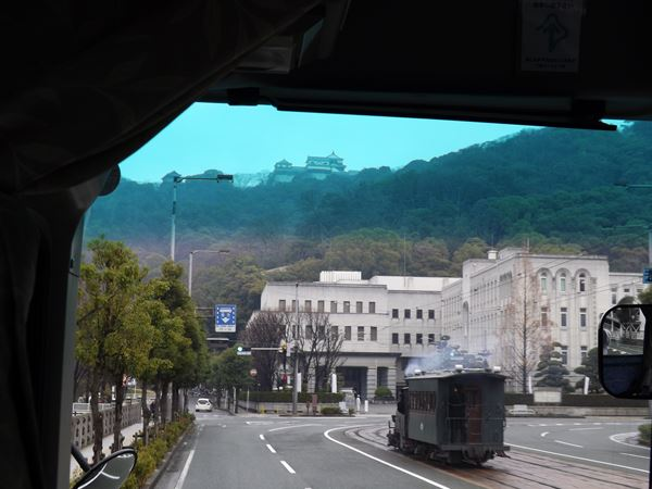 松山城の麓をゆく