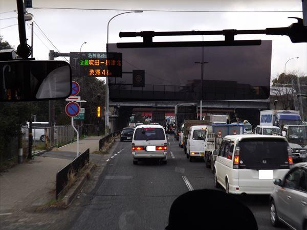 インター入口は渋滞中