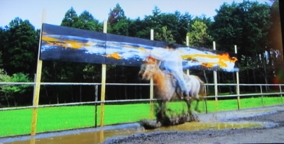 馬に乗って作品を制作