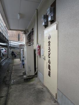 店内には入口2ヶ所。裏口は駐車場に続く