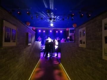 会場に入る通路。正面はステージ、手前に踊る客