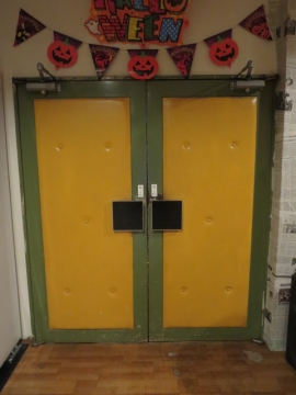 入口。昔の映画館のまま…
