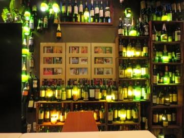 ワインの空瓶をライティングに使ってるのがお洒落
