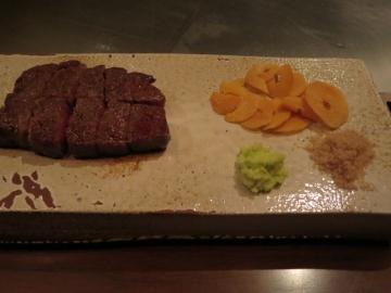 お肉は、ニンニクチップと下ろしたての山葵と藻塩で