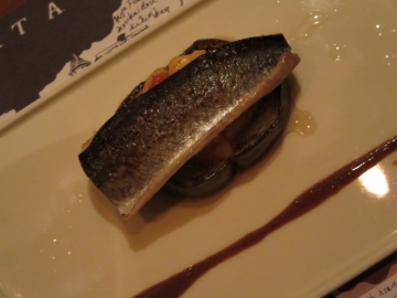 手前に引かれてるのは秋刀魚の肝ソース。旬の組み合わせの一皿、美味なり