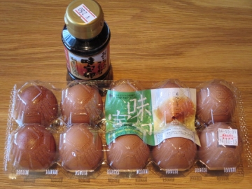 味宝卵・L10個 270円、専用たまごしょうゆ 250円