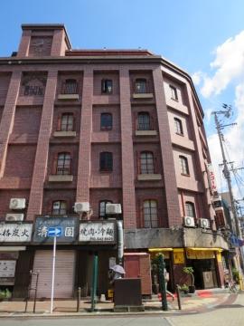 こちらのビルの1階に「鉄なべ」
