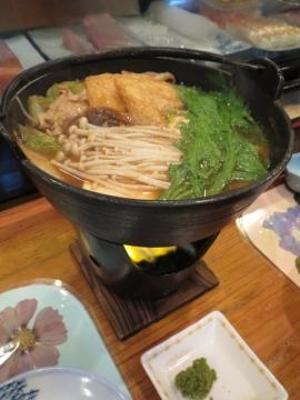 特製みそ出汁に、手作り鶏だんご・豚肉・魚・きのこ類・野菜