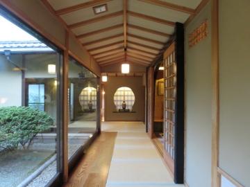 館内の廊下は畳と板で構成、こちらの宿には「スリッパ」が存在しません