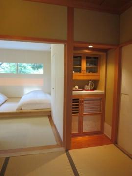 客室水屋、カップなどは有田焼