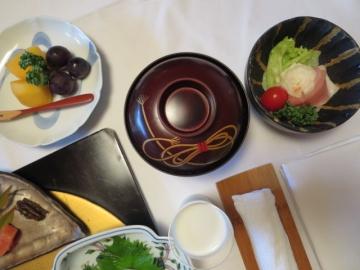 部屋での朝食 (2)