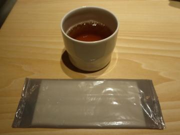 卓上に黒豆茶がサービスで