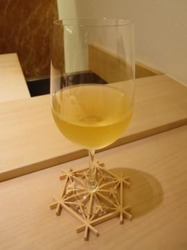 本日1杯目のビオワイン(私がコースターに乗せてしまいましたが、店ではワインはコースターは使いません)