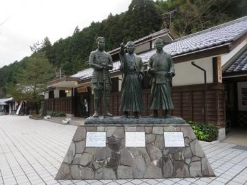 像の後ろは松陰記念館