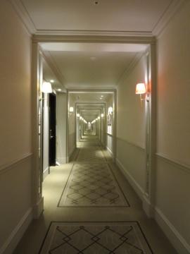 長い廊下、赤いブラケットはエレベーターホールの印