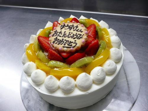 バースデーケーキ(黄桃・キウイ・苺)②
