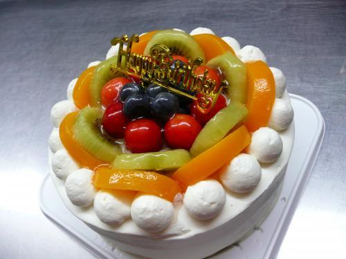 フルーツいっぱいのバースデーケーキ