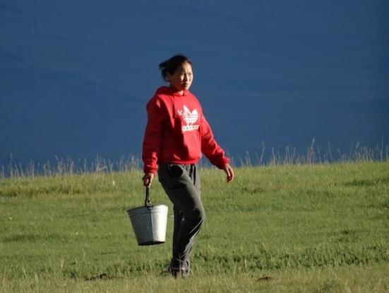 バケツを運ぶ次女 60kb