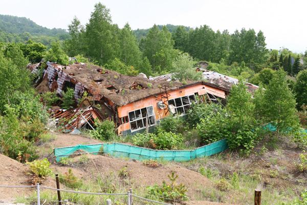 西山山麓火口散策路 被災した菓子工場