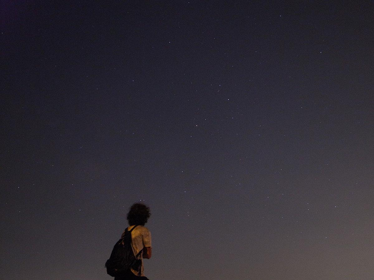 星を見上げる人