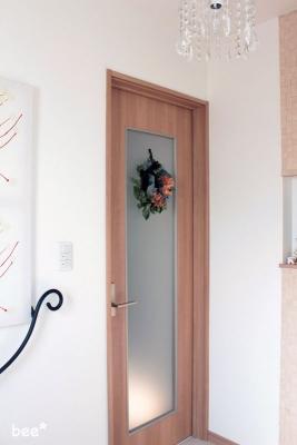 玄関にリースを飾る