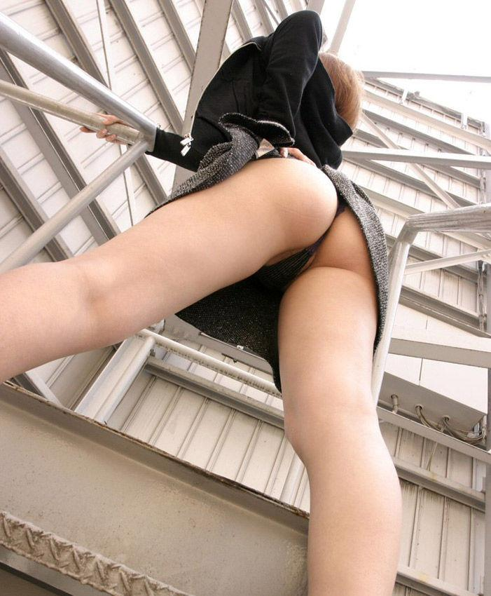 Tバックを履いて「お尻」を限界まで見せてる女の子のエロ画像:ニュース星3つ様