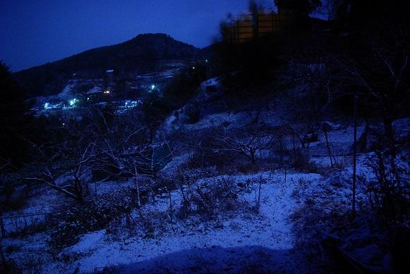 高原、朝の雪