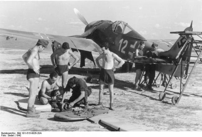 Bundesarchiv_Bild_101I-515-0026-20A,_Focke-Wulf_Fw_190_A-5,_Wartung