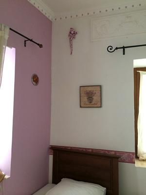 壁がピンクの室内