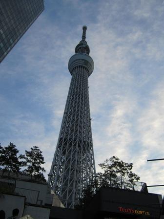 東京スカイツリー下から見上げる